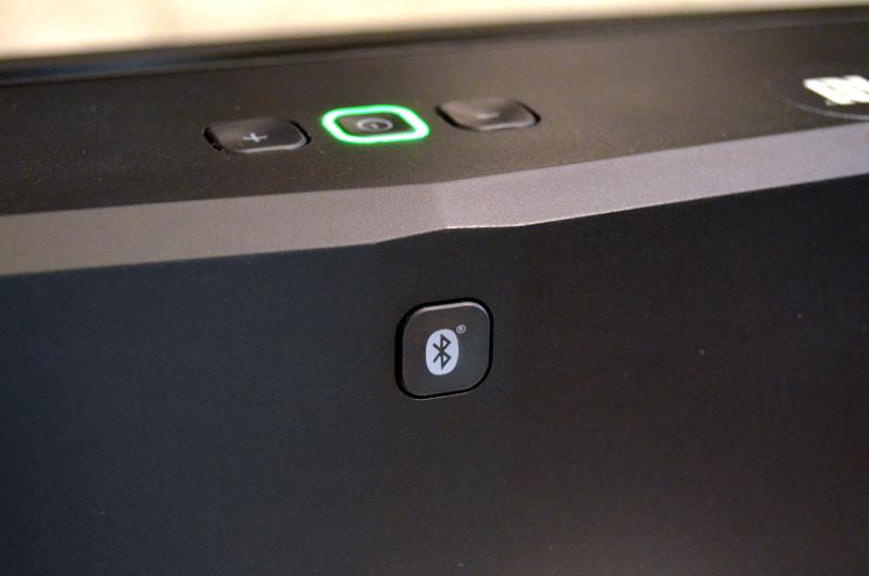 Die Bluetooth-Taste auf der Rückseite ist nicht zwingend notwendig - lediglich wenn bei bereits bestehender Verbindung keine neuen Geräte mehr gesucht werden.