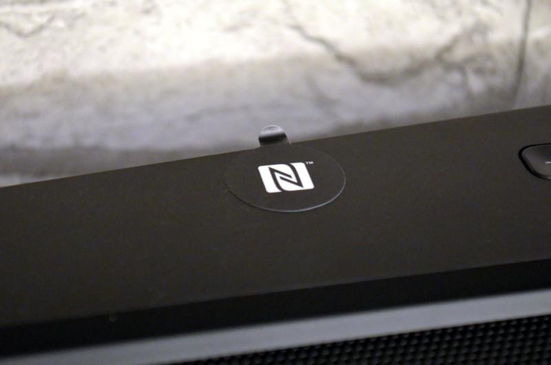Der Bereich zur NFC-Kopplung ist mit einem abnehmbaren Sticker markiert.