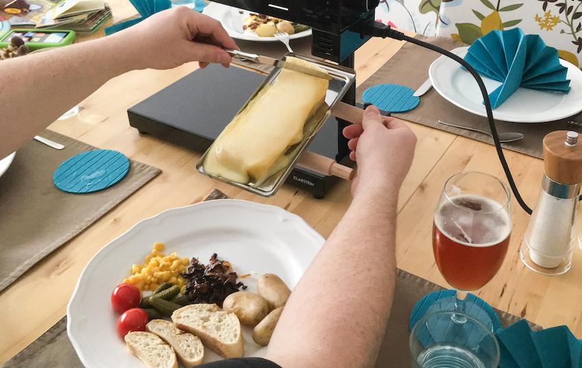 Sehr praktisch: Die Grillplatz lässt sich direkt zum Teller führen und ankippen. Jetzt kann der geschmolzene Käse bequem abgeschabt werden.