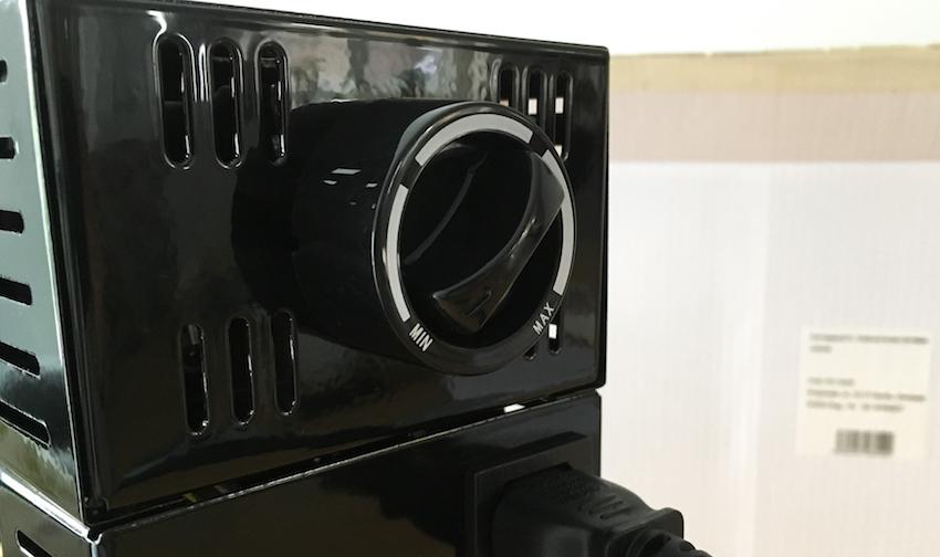 Über den griffigen Drehregler lässt sich der Tischgrill einschalten und in seiner Temperatur regulieren.