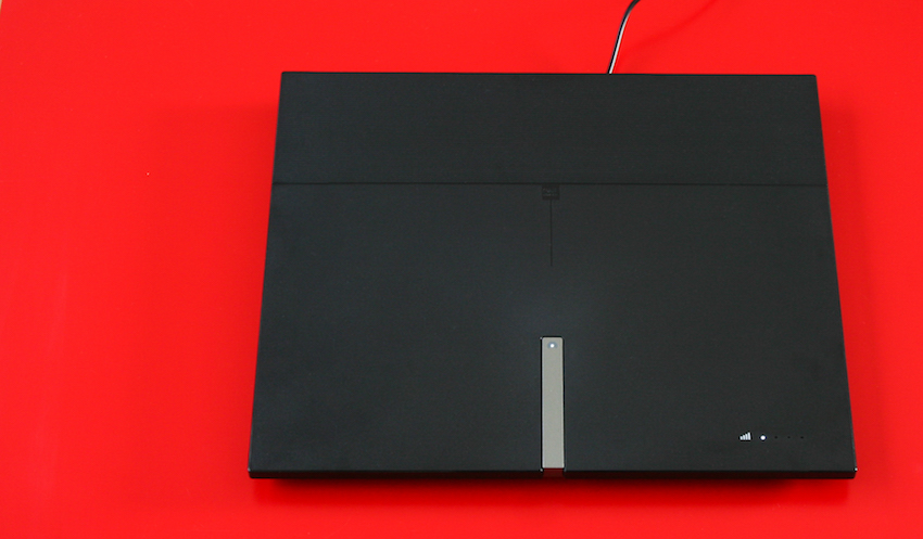 Nahezu zentral auf der Oberseite ist die Kontrollleuchte für das ausgehende Signal angebracht. Die automatische Verstärkungsregelung bewirkt dabei einen gleichmäßigen Signaltransfer, auch wenn der Eingangspegel zum Beispiel durch äußere Einwirkungen schwankt.