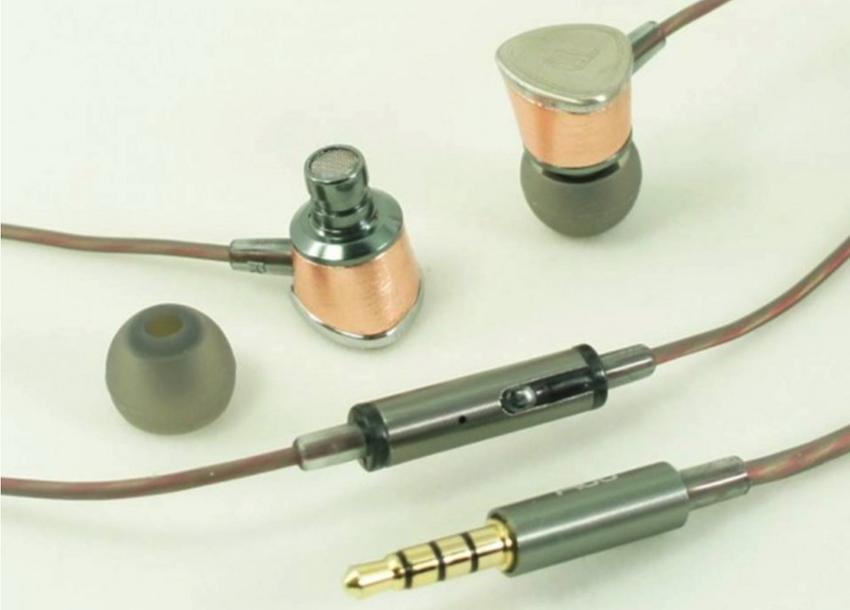 Das kleine Gehäuse der Fidue A65 besticht durch Eleganz: Die Kombination aus Rotgoldener Farbgebung und gebürstetem Aluminium zeugt vom Anspruch, den Fidue bereits bei seinen preislichen Mittelklasseprodukten an den Tag legt. Dies zeigt sich auch im hochwertigen 7N-OFC-Kabel. Die integrierte Kabelfernbedienung samt Mikrofon ist kompatibel mit IOS und Android. Zum Lieferumfang der Fidue A65 gehören vier Paar Eartips in verschiedenen Größen und Formaten, ebenso wie ein Shirtclip und eine Tasche für Transport und Aufbewahrung der Kopfhörer.
