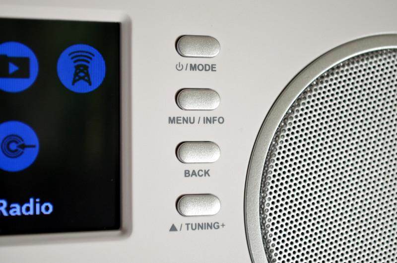 Ebenfalls sehr edel wirken die Bedienelemente neben dem Display.