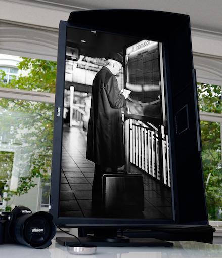 Der hardwarekalibrierte Monitor wird um 90 Grad gedreht. Jetzt wird das Foto automatisch im Hochformat dargestellt.  Foto: Michael B. Rehders