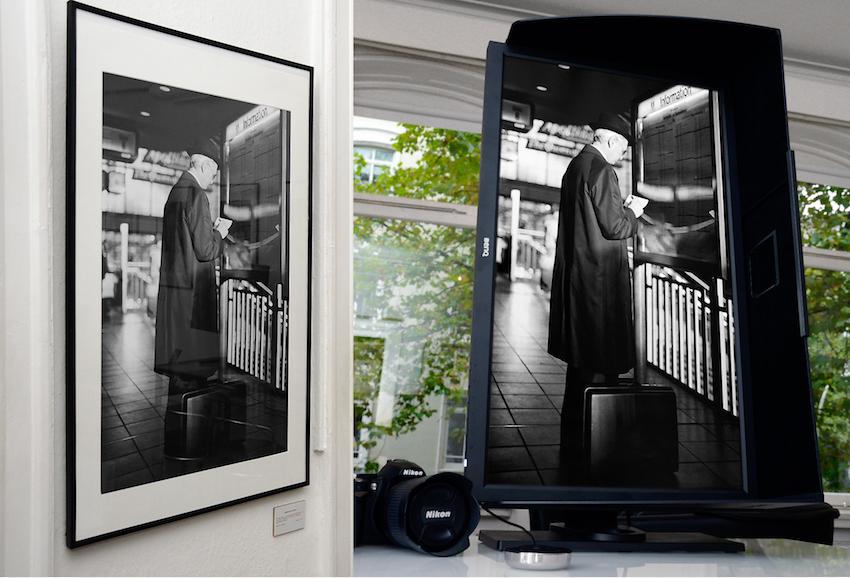 Links das fertig gerahmte Bild in meiner Ausstellung. Rechts das bearbeitete Foto auf dem BenQ Color Management Display. Sämtliche Bilddetails von der bearbeiteten Datei sind auf dem Print zu sehen.  Foto: Michael B. Rehders