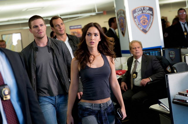 Erneut kämpft April O'Neil (Megan Fox) mit Unterstützung von Casey Jones (Stephen Amell) an der Seite der Turtles. (© Paramount Pictures)