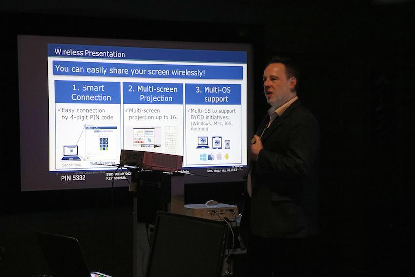 Pfiffige Lösung: Mit Hilfe des Multipresenter Sticks ermöglicht NEC die kabellose Video-Übertragung von Tablets und Computern an den Projektor.