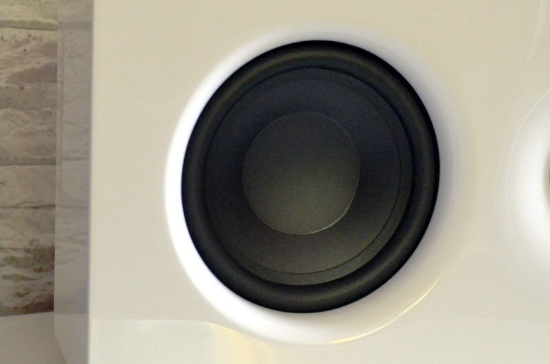 Die sanften Übergänge in der Schallwand sorgen für ein fließendes Design.