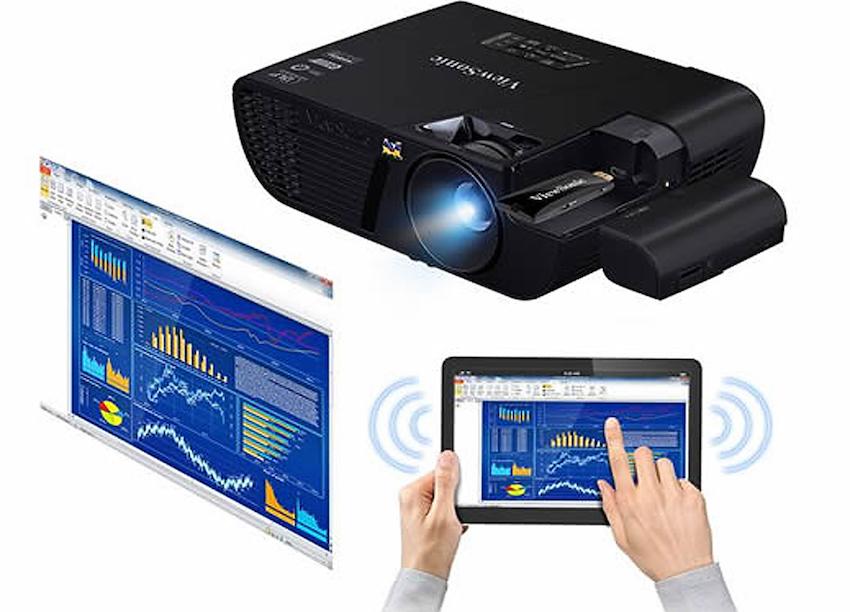 Neben dem Objektiv des ViewSonic PJD7720HD befindet sich eine Klappe. Unter ihr ist der HDMI-Anschluss für den optional erhältlichen WLAN-Dongle zu finden. Mit ihm können Fotos, Videos und sogar Präsentationen kabellos vom Tablet oder Smartphone zum Projektor gestreamt werden. Foto: Hersteller