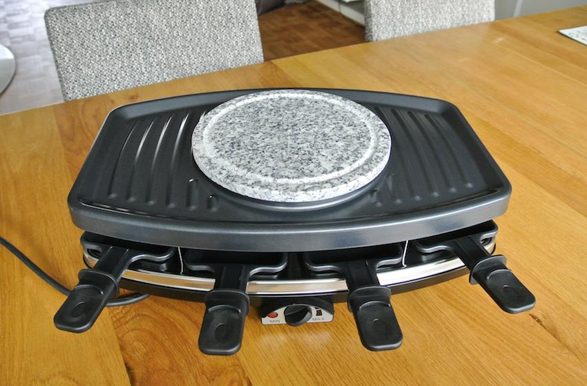 Sie wollen nur Raclette? Kein Problem: in diesem Fall wird die Natursteinplatte in die Mitte gelegt. Auf ihr lässt sich beispielsweise das Gemüse schonend erhitzen.