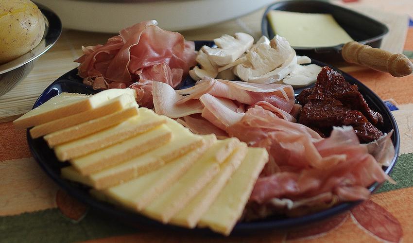 Raclettekäse, Schinken, Champignons etc. Beim Raclettegrillen sind dem eigenen Geschmack kaum Grenzen gesetzt.