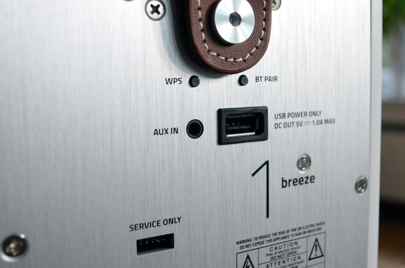 Über den USB-Anschluss können dank integriertem Akku schwächelnde Smartphones wieder aufgeladen werden.