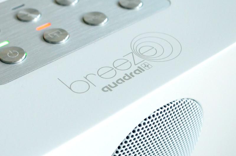 Das Logo auf den Lautsprechern spiegelt die Leichtigkeit wieder, mit der die Breeze-Modelle zu handhaben sind.