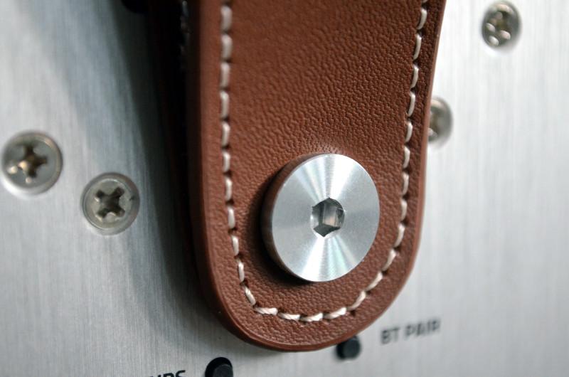 Sauber verarbeitete Details wie der Tragegriff signalisieren den hohen Anspruch Quadrals an ihre Produkte.