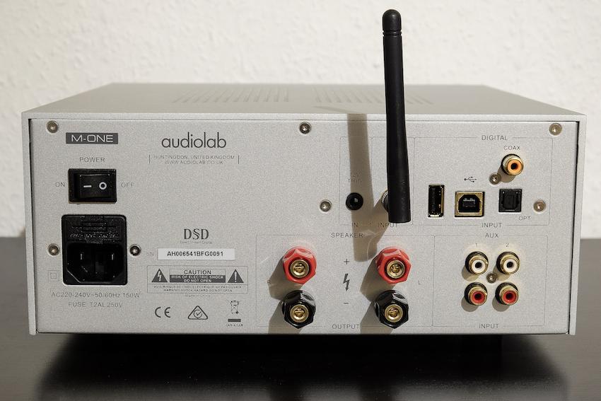 Übersichtlich aber mehr braucht es auch nicht. Neben je eines koaxialen und optischen Digitaleinganges offeriert der Audiolab einen USB-Port sowie analoge Zugänge.
