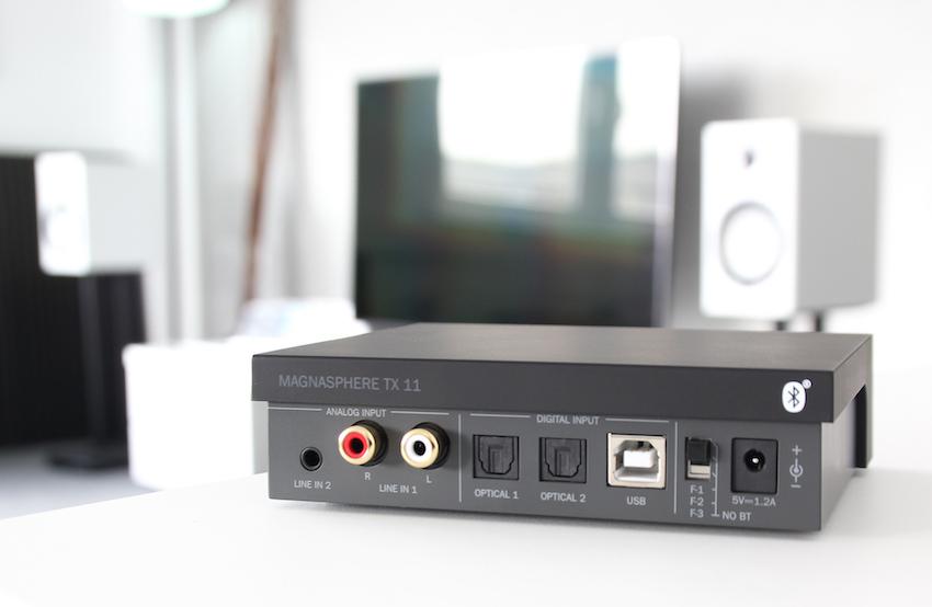 """Der kleine Sender von hinten. Sie sehen die vielfältigen Anschlussmöglichkeiten und die drei Frequenzeinstellungen, die zu Verfügung stehen. Zusammen mit der """"unsichtbaren"""" Bluetooth-Funktion bleibt anspruchsvollen Musikfreunden keine Wünsche offen!"""