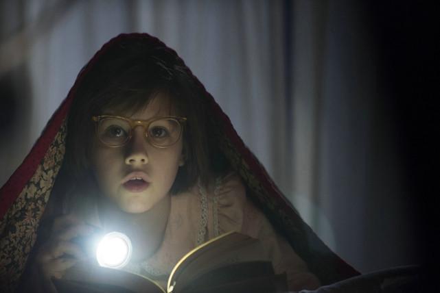 Das Waisenkind Sophie (Rubie Barnhill) verbringt die Nächte oft unter der Bettdecke lesend. (© Constantin Film)