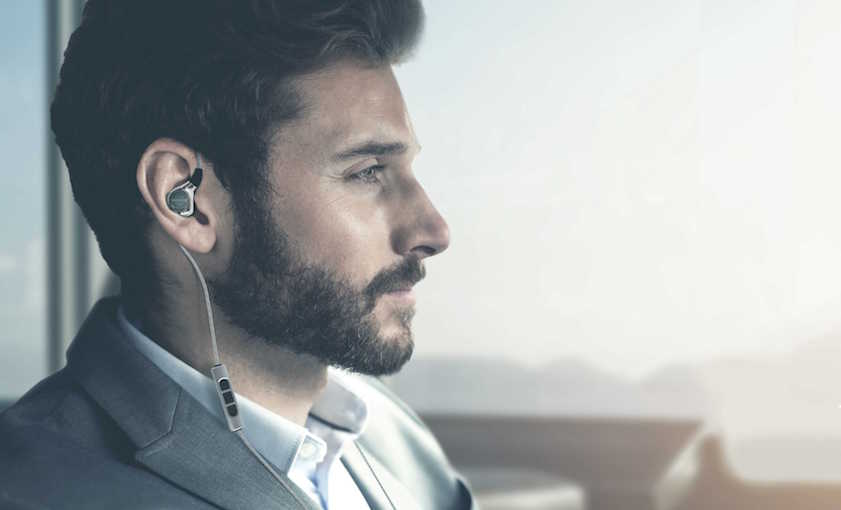 Noch nie hat beyerdynamic so viel Aufwand betrieben, um die Passform eines Kopfhörers zu perfektionieren. Damit sich der Xelentro remote optimal ins Ohr seines Trägers schmiegt, wurden zahllose Silikon-Abdrücke gemacht, Köpfe vermessen und Computerdaten ausgewertet.