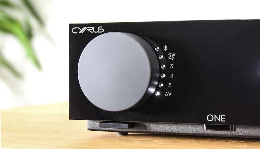 Durch die LED-Beleuchtung informiert der Cyrus One stets über die gewählte Quelle und die aktuelle Lautstärke.