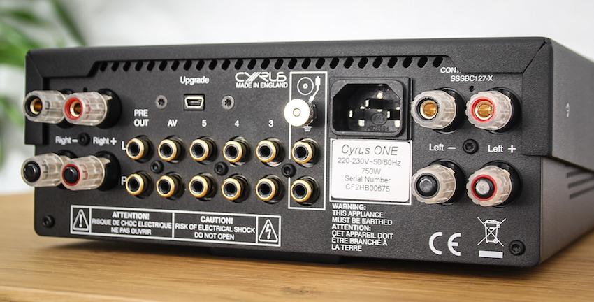 Der Cyrus One ist anschlussseitig gut ausgestattet. Der Phono-Eingang glänzt mit einem Masseanschluss zur Erdung des Plattenspieler-Chassis. Die Lautsprecherklemmen erlauben sogar Bi-Wiring.