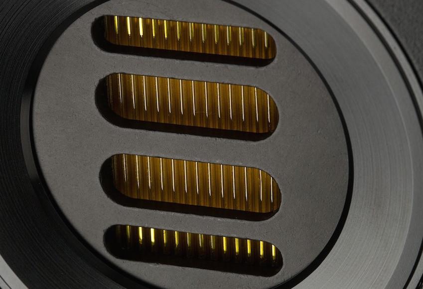 Der JET-Hochtöner ist das Markenzeichen von Elac. In der 243.3 arbeitet die 5. Generation dieses Tweeters. Hinter dem schwarzen Gitter erkennt man die gelben Lamellen, das ist die in Falten gelegte Folie des Bändchen-Lautsprechers.