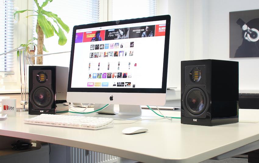 Die Elac 243.3 macht selbst auf dem Desktop eine gute Figur, die Box überzeugt akustisch auch im Nahfeldbereich.