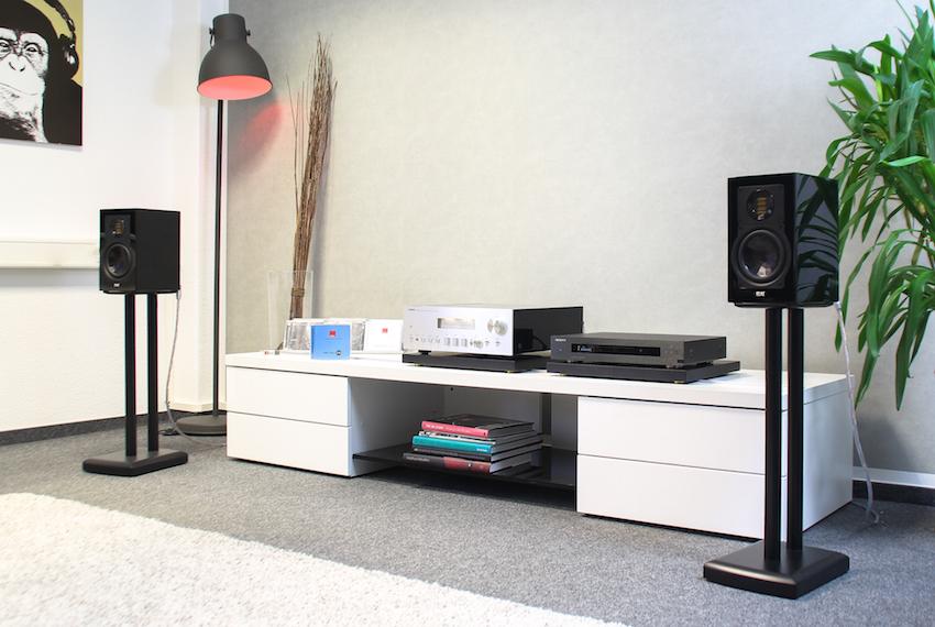 Die Elac 243.3 ist ein sogenannter Bookshelf-Speaker, auf Boxenständern klingt sie aber am definiertesten.