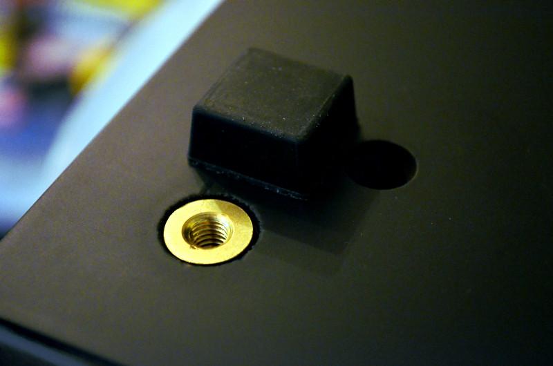 Wer keine Gummifüße mag oder die Ultima 40 Aktiv auf Teppichboden aufstellt, kann gesondert erhältliche Spikes in die vorbereiteren Gewinde eindrehen.