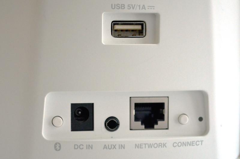 Der Heos 1 bietet neben kabellosem Streaming auch Anschlussoptionen für 3,5-mm-Audiokabel und USB-Speichermedien. Letzterer Anschluss wird auch für das Bluetooth-Modul des GoPack genutzt.