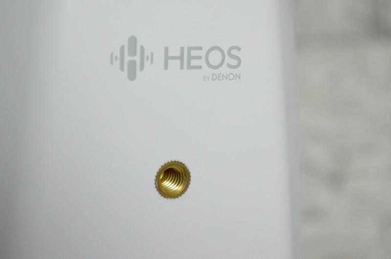 Dank des integrierten Gewindes lässt sich der Heos 1 auch problemlos an Lautsprecherständer oder Wandhalterung montieren.