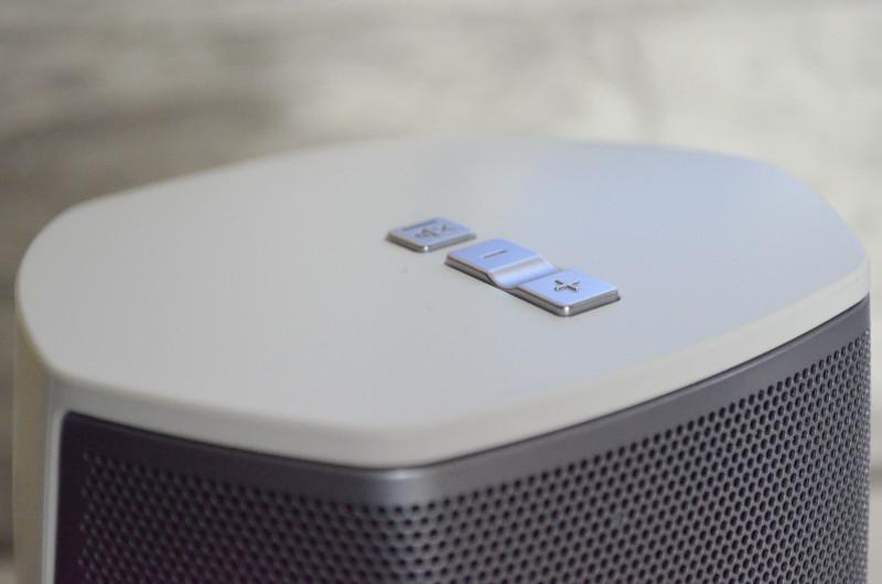 Auf der Oberseite des Heos 1 sind die üblichen drei Bedienelemente zu finden, mit denen die Lautstärke reguliert oder stummgeschaltet wird.