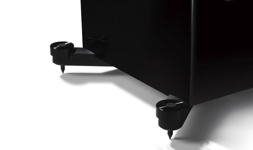Clever: Massive Ausleger bieten der Box einen stabileren Stand. Zudem lassen sich die Spikes in ihrer Höhe verstellen, ohne dass die Boxen gekippt werden müssen.