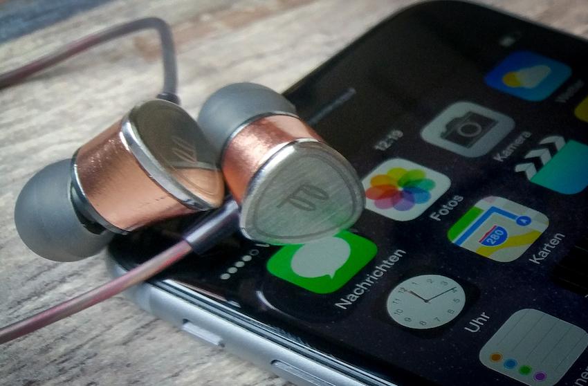 Tausendsassa: Das Fidue A65 liefert nicht nur anspruchsvollen HiFi-Klang ans Ohr, mit im lässt es sich auch ganz leicht und komfortabel telefonieren.