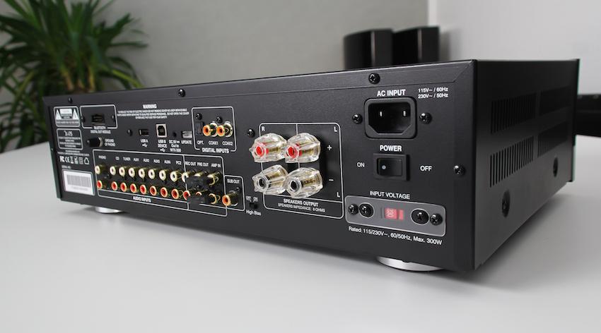 Auf der Rückseite glämzt der Advance Acoustic X-i75 durch zahlreiche Anschlüsse und wertige Polklemmen. An ihnen findet ein Paar Lautsprecher Anschluss.