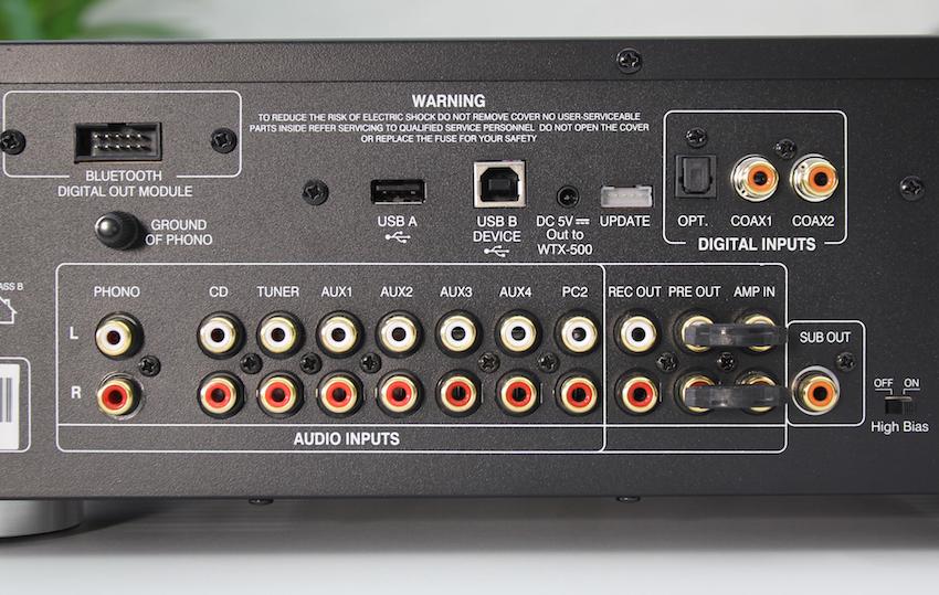 Anschlussvielfalt: Der X-i75 bietet in der Analog-Abteilung auch einen Phono-Eingang, sogar mit der heute selten gewordenen Erdungsklemme. Auch die digitale Sektion überzeugt durch zahlreiche Schnittstellen. Rechts untern sitzt der High BIAS-Schalter, um den Verstärker auch im Class-A-Modus betreiben zu können.