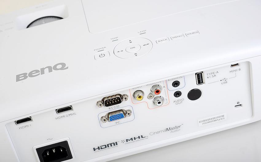 Alle nötigen Anschlüsse für die Bild- und Tonübertragung befinden sich auf der Rückseite des Projektors. Darüber hinaus besitzt der W1090 auf der Oberseite eine rudimentäre Tastatur, mit der alle relevanten Einstellungen vorgenommen werden können, falls die Fernbedienung mal nicht zur Hand sein sollte. Foto: Michael B. Rehders