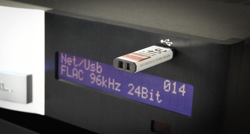 Über den frontseitigen USB-Anschluss spielt der Krell Vanguard Musik vom Stick oder von der externen Festplatte.