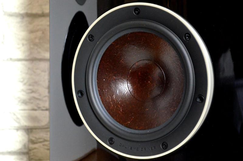 Die klangstarken Mitteltieftöner verfügen über eine Holzfasermembran und liefern auch als 'Einzelkämpfer' in den LCR-Lautsprechern druckvollen Sound