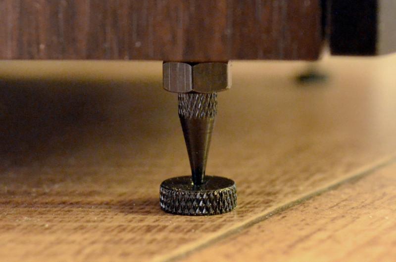 Bei unempfindlichen Böden können die Crystal 4.3 auch auf Spikes gestellt werden - Unterlegscheiben sollte man aber trotzdem nicht vergessen
