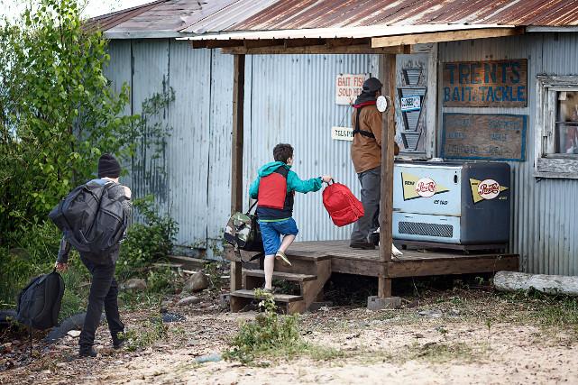 Die Brüder Andy und Mark verbringen ihre Sommerferien auf Walton Island. (© Lighthouse Home Entertainment)