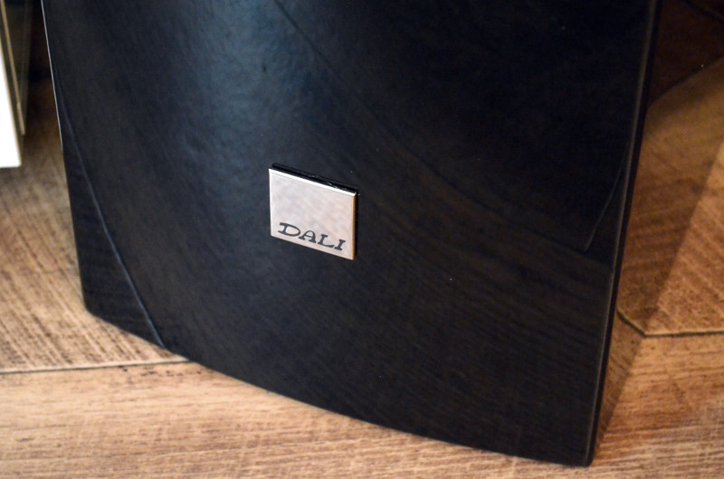 Die Rubicon-Gehäuse sind sanft geschwungen und mit dem dezenten Herstellerlogo verziert.
