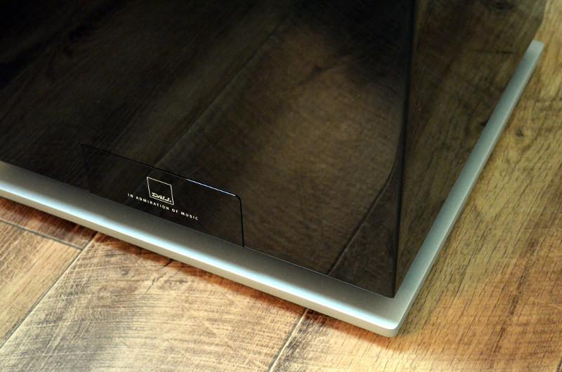 Der vergleichsweise kompakte Subwoofer besitzt einen Aluminium-Rahmen als Akzent.
