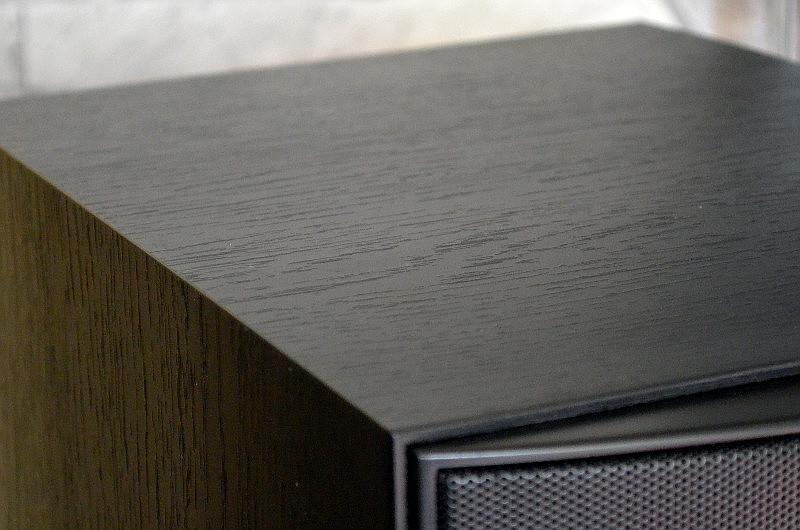 """Das Gehäuse macht dank des Vinylfurniers in """"Esche schwarz"""" einen hochwertigen Eindruck - bei einem Paarpreis von 300 Euro keineswegs selbstverständlich."""