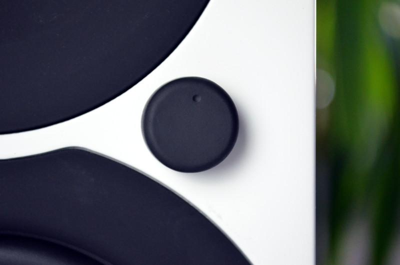 Die Lautstärke der Saxo 1 active lässt sich neben der Fernbedienung auch bequem über den Drehregler an der Aktivbox justieren.