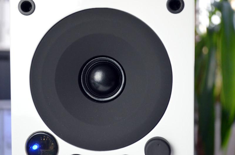 Der Hochtöner der Saxo 1 active spielt mit reichlich Dynamik auf, was bei höheren Pegeln ziemlich forsch klingt.