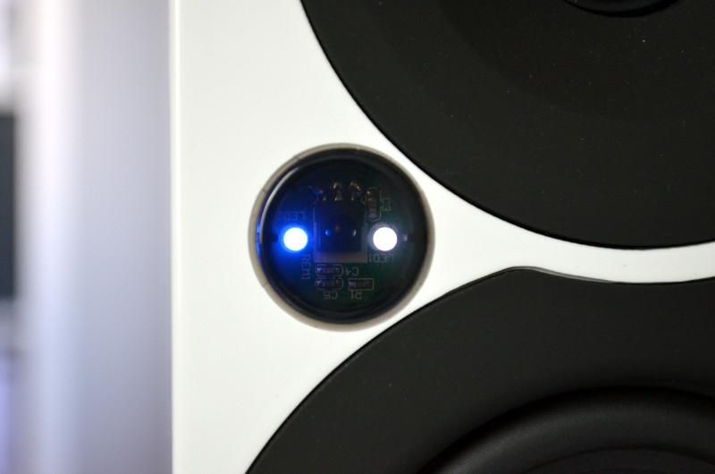 Hinweise auf den aktuellen Betriebszustand liefern die Status-LED in der Schallwand.