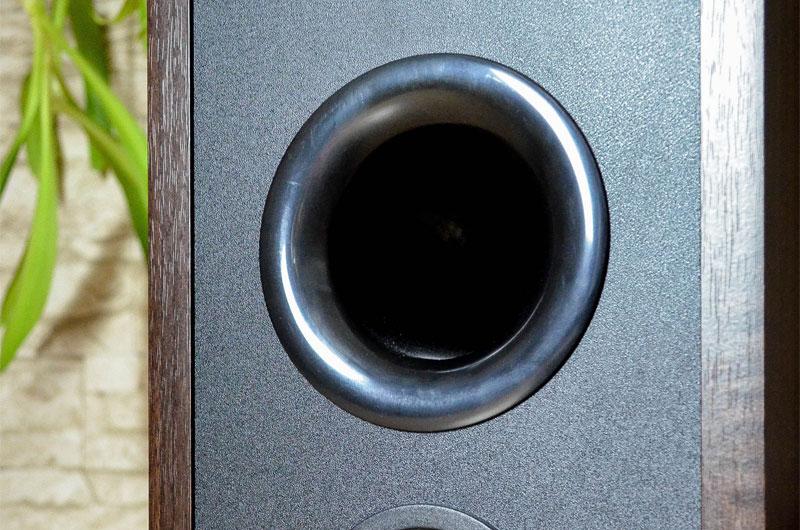 Der großzügige Bassreflexport stattet die Crystal 4.3 mit einem respektablen Tonfundament aus.