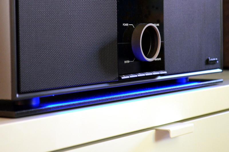 Ein kleiner Schuss Extravaganz: Wer möchte, kann die indirekte, blaue LED-Beleuchtung zwischen Gehäuse und Bodenplatte aktivieren.