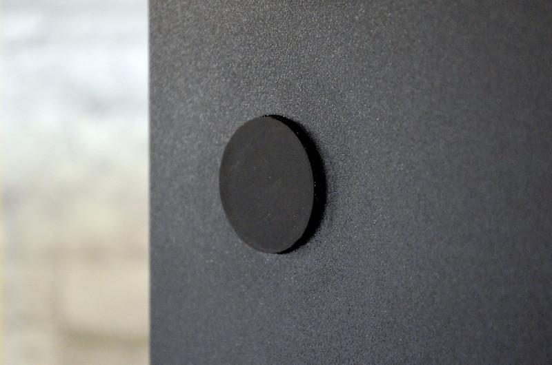 Für sicheren Stand sorgen vier flache Gummifüße unter der Bodenplatte.