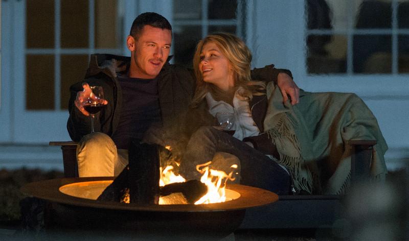 Auch das ein paar Häuser weiter wohnende Pärchen Scott (Luke Evans) und Megan (Haley Bennett) beobachtet Rachel bei jeder Fahrt. (© Constantin Film)
